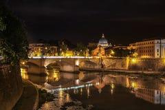 Rzeczny Tiber przy nocą w Rzym, Włochy Fotografia Stock