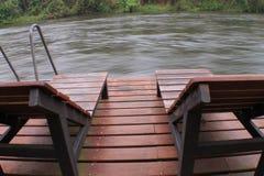 Rzeczny widok i basen willa krzesło drewnianego i stalowego obraz stock
