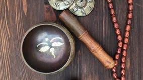 Rzeczy dla religijnego rytuału: śpiewacki puchar, bębenu koraliki, magiczne piłki i perkusja talerz, zdjęcie wideo