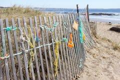 Rzeczy na ogrodzeniu przy ocean plażą Obrazy Royalty Free