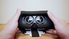 Rzeczywistość wirtualna szkła, vr na stole, obsługują ręki biorą one i są ubranym zdjęcie wideo