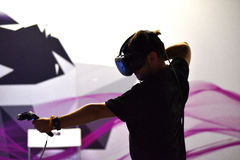 Rzeczywistości wirtualnej HTC Vive ręki i słuchawki kontrola Fotografia Stock