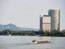 Rzeka Bonn i drapacz chmur fotografia stock