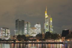 Rzeka, bulwar i miasto przy nocą, frankfurt magistrala Germany zdjęcie stock