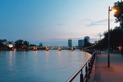 Rzeka, bulwar, most i miasto w wieczór, frankfurt magistrala Germany zdjęcie royalty free