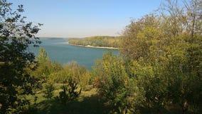Rzeka i brzeg krajobraz w spadku obrazy stock
