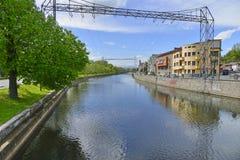 Rzeka i brzeg rzeki z domami Zdjęcia Royalty Free