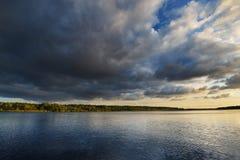 Rzeka i dramatyczny cloudscape po deszczu w Latvia Fotografia Stock