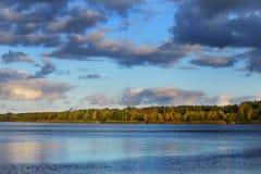 Rzeka i dramatyczny cloudscape po deszczu w Latvia Obraz Stock