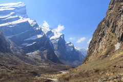 Rzeka i himalaje halna dolina trekking Annapurna basecamp, Nepal Obrazy Stock