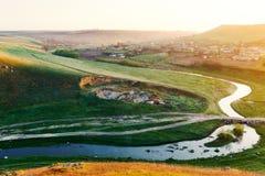 Rzeka i mała wioska w Moldova w wiośnie Obrazy Stock