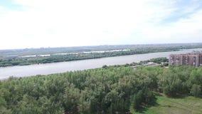 Rzeka i miasto od wzrosta zbiory wideo