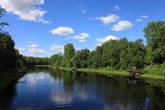 Rzeka i niebieskie niebo z chmurami Obrazy Royalty Free