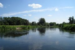Rzeka i niebo Zdjęcia Royalty Free