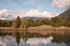 Rzeka i odbicie w jesień (długi ujawnienie) Fotografia Royalty Free