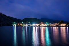 Rzeka i wioska przy nocą fotografia stock