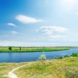 Rzeka i zieleń krajobraz, niebieskie niebo z słońcem zdjęcia stock
