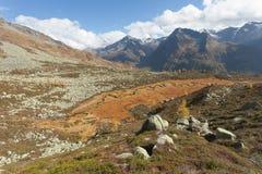 Rzeka jak wąż płynie w Ahrntal Włochy w jesieni Obrazy Royalty Free