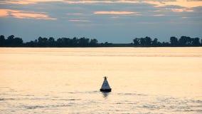 Rzeka krajobraz przy zmierzchem Wideo jest od statku Kierdel ptaki lata nad wodą niebo, chmury zdjęcie wideo