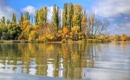 Rzeka krajobraz w jesień dniu Zdjęcie Stock