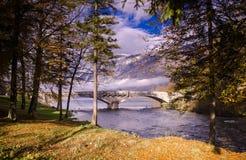 Rzeka krajobraz z kamiennym mostem Obrazy Stock