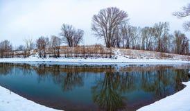 Rzeka która płynie w lesie w zimie fotografia stock