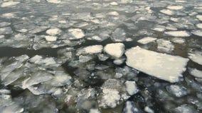 Rzeka lodu przepływ w zimie, śnieżny spada puszek, antena wierzchołka puszka widok zbiory wideo