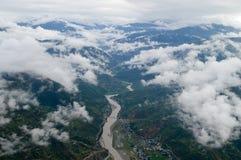 Rzeka między chmurnymi górami Fotografia Stock