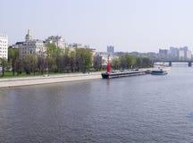 Rzeka na miasta tle przy wiosną Podróż fotografia stock
