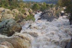 rzeka niebezpieczna. zdjęcie stock
