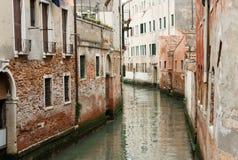 Rzeka płynie przez wąskich ulic Wenecja między starym Obraz Royalty Free