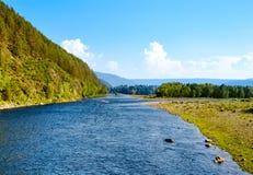 Rzeka płynie wśród wzgórzy i lasów Obrazy Stock