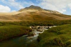 Rzeka płynie w górach Południowy Kirgistan obraz royalty free