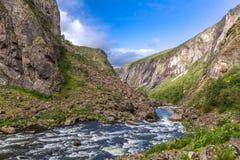 Rzeka płynie w górach w pięknym terenie Zdjęcia Stock