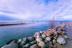 Rzeka płynie w morze zdjęcia royalty free