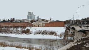 Rzeka płynie w na banku zimie, Ortodoksalnym kościół, jest lokalizować pałac, forteca z czerwieni ścianami w russain mieście Tam zbiory