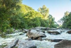Rzeka płynie w górach Zdjęcie Stock