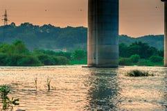 Rzeka pod mostem Zdjęcie Royalty Free