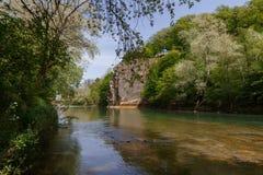 Rzeka pod skałą w lesie przy Kaukaz Fotografia Stock