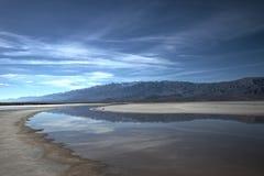 Rzeka Przez Ciemnej Doliny Zdjęcie Stock