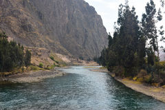 Rzeka przez stromego terenu górzystego Zdjęcia Stock