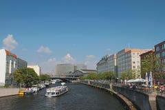 Rzeka, rejsu silnika statki i miasto, berlin Germany obrazy stock