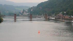 Rzeka, tama i kędziorek, Heidelberg, Ziemski Baden-WÃ ¼ rttemberg, Niemcy zdjęcie wideo