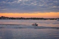 Rzeka usuwa z przejściem małe łódki zdjęcie royalty free