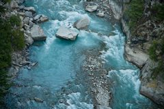 Rzeka w dolinnych himalaje górach Obrazy Royalty Free