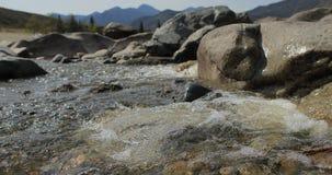 Rzeka w halnej dolinie przy nożnymi górami Krajobraz zbiory