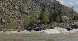 Rzeka w halnej dolinie przy nożnymi górami Krajobraz zdjęcie wideo