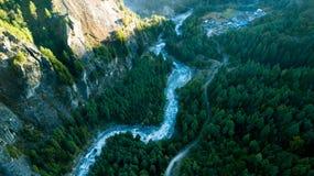 Rzeka w himalajach rozciąga się Nepal od Lotniczego widoku od trutnia Zdjęcia Stock
