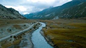 Rzeka w himalajach rozciąga się Nepal od Lotniczego widoku od trutnia Obrazy Stock