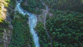 Rzeka w himalajach rozciąga się Nepal od Lotniczego widoku od trutnia zbiory wideo